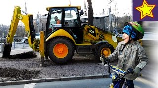 Про тракторы. Желтый трактор с ковшом против земли Видео для детей Video for kids