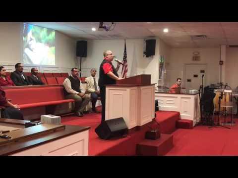 Evang. Hector Delgado Predicando en...