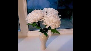Белые хризантемы из гофрированной бумаги