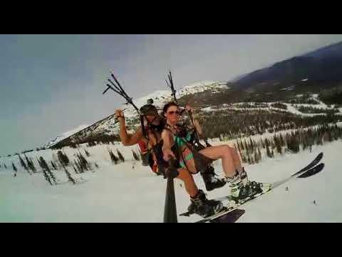 Над Шерегешем пролетели лыжница в бикини и сноубордист с голым торсом