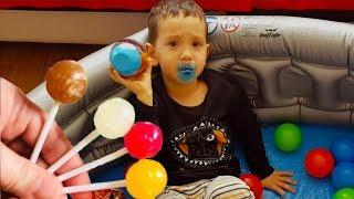 Emzikli Bebek Ali Uras Renkli Şekerleri Beğenmiyor.Learning Colors | Fun Kids Videos