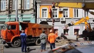 На Московской самосвал провалился в выкопанную на тротуаре яму