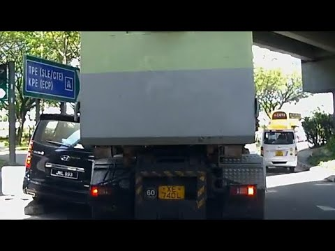 25may2018 malaysia JRL993 hyundai starex got squeeze onto kerb,  tried to squeeze it.