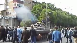 МАРИУПОЛЬ. Народ бросается под танк 9 мая