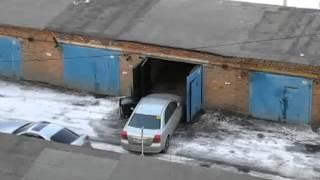 Авто Прикол! Женщина паркуется профессионально