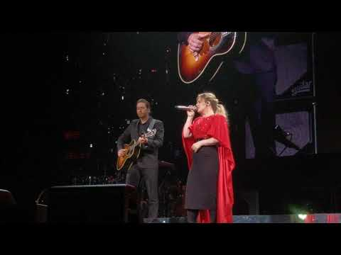 Rachel Lutzker - Kelly Clarkson's Husband Surprises Her On Stage During Concert