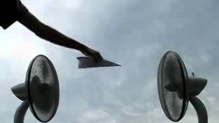 扇風機2台を向かい合わせにして紙飛行機を置いてみた thumbnail