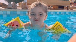 بيبي تسبح لحالها اول مرة😍