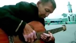 Бездомный играет на гитаре Саундтрек  из фильма