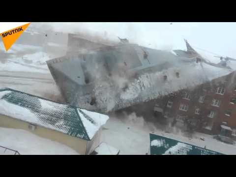 VIDEO: Había tanto viento que se voló el techo de un edificio