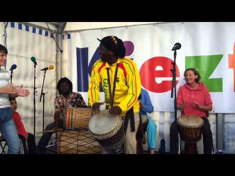 Bouba Diakité mit seinen Trommel Schülern in Berlin