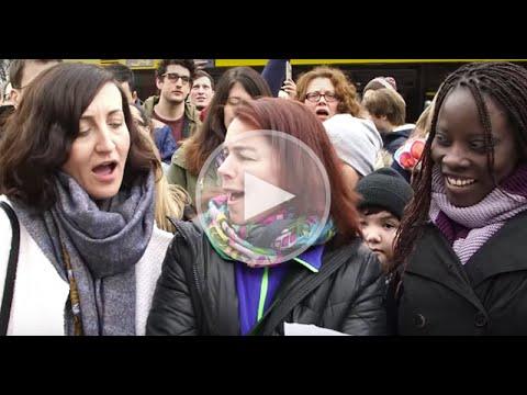 Musik-Flashmob gegen Rassismus: 1 Piano, 2.000 singende Menschen
