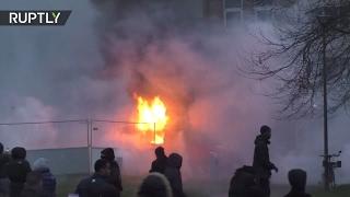 Дымовые шашки и горящие машины  во Франции протестуют против полицейского насилия