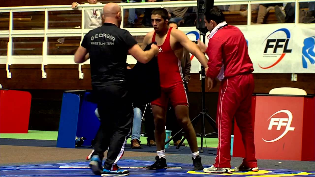 Paris in a wrestling match