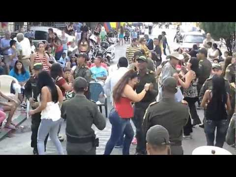 DE RUMBA EN LA CUADRA DEL BARRIO LA BASE CALI COLOMBIA 2a PARTE