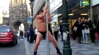 Geňa je borec!!! Richard Genzer tančí u tyče