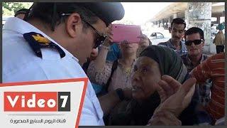 بالفيديو.. ضابط يقبل رأس «سيدة» بعد إزالة الكشك الخاص بها فى عبد المنعم رياض