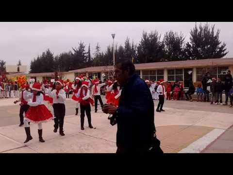 Niños de la escuela Juan Valdivia vailando campanas de Belén