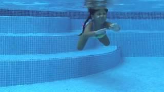 Лиза научилась плавать