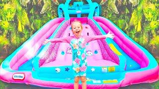 Stacy y papá juegan con trampolín inflable