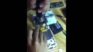 Melepas soket LCD