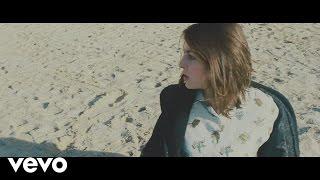 Fishbach - Béton mouillé (Official Music Video)