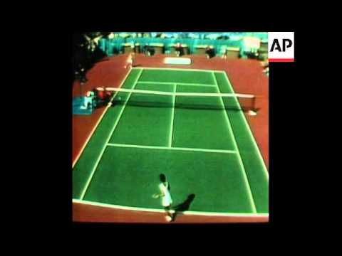 SYND 12 1 76 EVERT BEATS GOOLAGONG IN HOUSTON INDOOR TENNIS