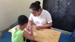 Dạy trẻ tự kỷ tập trung, kết hợp tay và mắt qua trò chơi cho tăm vào lọ