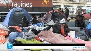 متطوعون فرنسيون من جمعية خيرية يساعدون المهاجرين بباريس