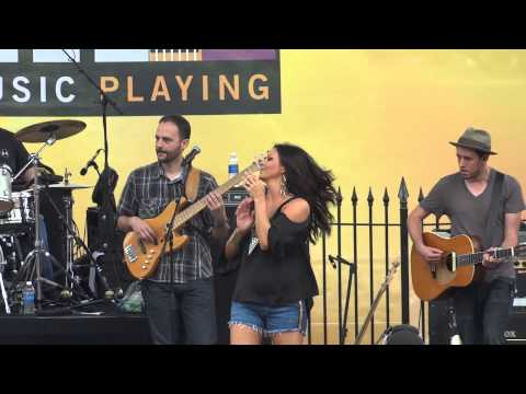 Sara Evans - Suds In The Bucket (6/6/13)