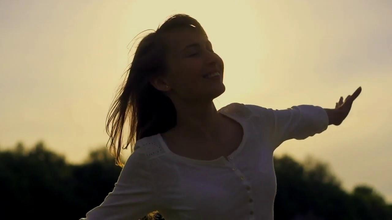 """Sol con pinceladas de nubes altas. Tiempo tranquilo y estable con temperaturas que hoy se dispararán por encima de los 20ºC. Hoy disfrutamos un bello amanecer y es que cada día """"amanece"""" para todos/as tal y como nos canta el gran Diego Torres, un cantautor, actor ocasional y músico argentino que cultiva el género pop latino. Un tema que nos llena de esperanza y de buenas imágenes."""