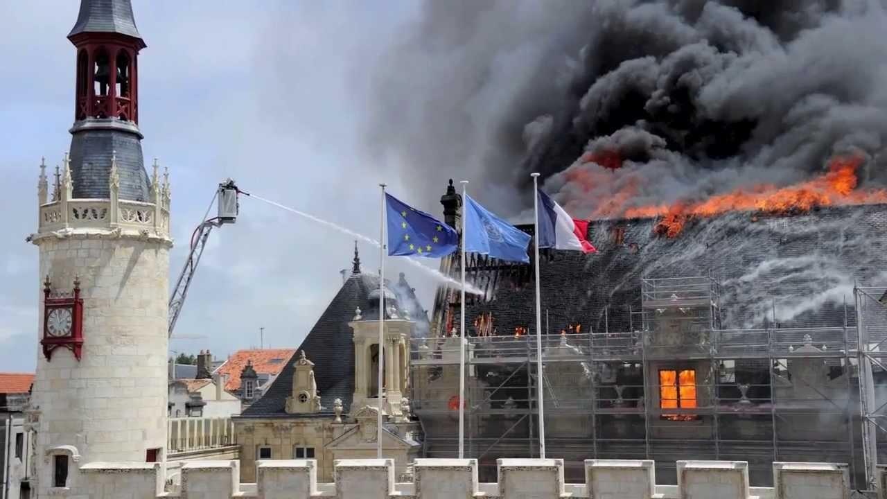 Incendie de l 39 hotel de ville de la rochelle youtube for Piscine de la rochelle