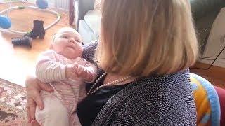 Die Oma hält das Baby im Arm, dann passiert etwas Unfassbares!