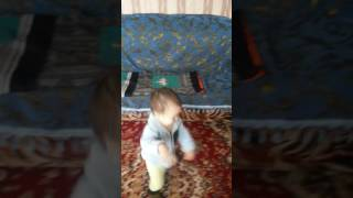 Ребенок танцует под куриный клип,