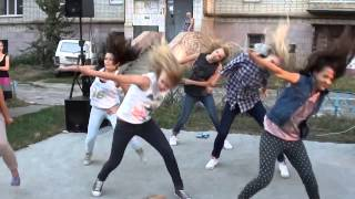 Девушки танцуют 'Праздник во дворе' хип хоп   dance театр 'Белый город' Сумы(, 2015-05-15T17:47:21.000Z)