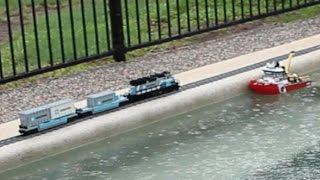 まるで湖畔を走る車窓気分!プールサイドを疾走するレゴトレイン