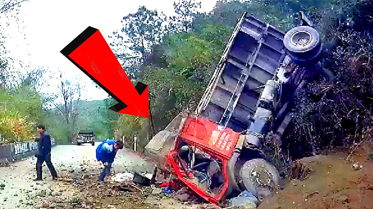 Most Dangerous Excavator & Trucks Drivers Skills Win and Fails in China !