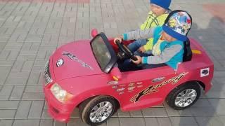 ✪Электромобиль Дети катаются на машинке электромобиле. ✪Детское видео(Привет Друзья! Сегодня Кирилл прокатился на машинке электромобиле! Подписывайтесь на канал Непоседы Subscribe..., 2016-07-09T19:16:43.000Z)