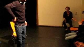 DJ Opossum zeigt einen Breakdance Move