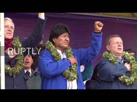 Bolivia: Navy displays 'world's biggest flag' in territorial dispute with Chile