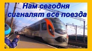 Видео для детей про поезда / Смотрим на поезда / Машинисты машут и сигналят ребёнку(Видео для детей про поезда / Смотрим на поезда / Машинисты машут и сигналят ребёнку., 2016-03-05T19:07:17.000Z)