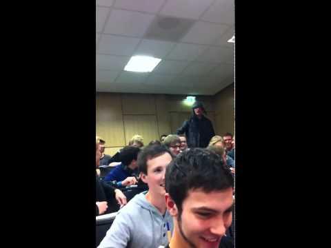 Betrunkener Student stört Vorlesung