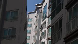 극한직업 건물외부 유리청소