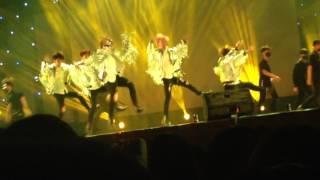 1 trong những màn trình diễn của fan BTS
