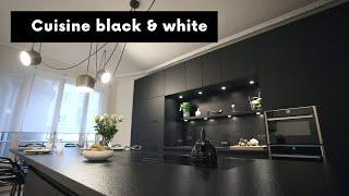 Cuisine noire dans un appartement haussmannien