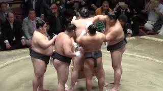 横綱白鵬の綱締め実演の模様です。 旭天鵬引退相撲での一コマ。 この後...