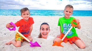 Vlad dan Nikita bersenang senang di pantai! Bermain dengan Mom dan Sand