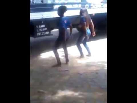 Pai flagra filha se exibindo dançando funk na rua e dá bronca histórica