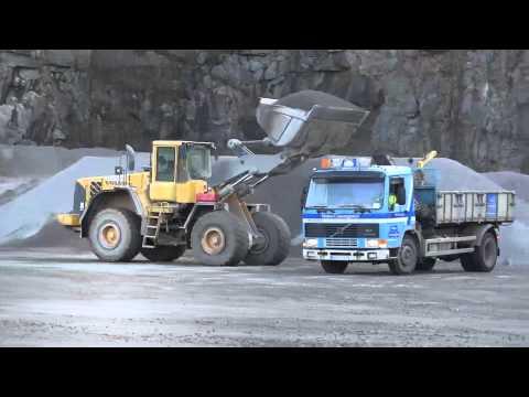 Volvo L150E loading Volvo FL7