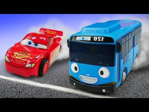 Spielzeug Kindergarten. Poli Und Chase Fahren Ein Rennen. Video Mit Spielzeugautos.